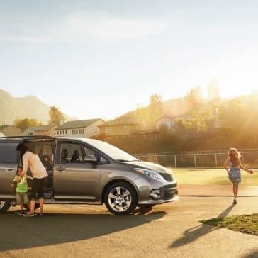 2017 Toyota Sienna SE Premium Predawn Gray Mica family