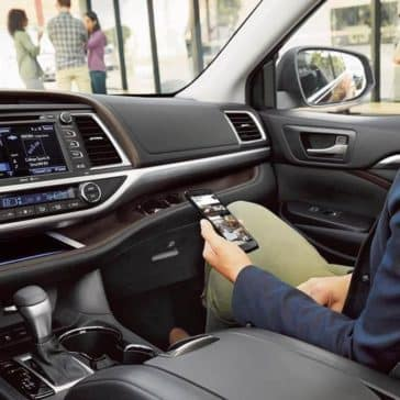 2017-Toyota-Highlander-Limited-black-interior-with-available-platinum-package-dashboard