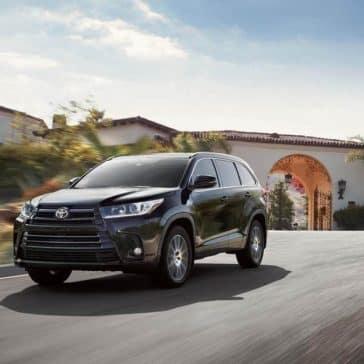 Toyota-Highlander-SE-AWD-Midnight-Black-Metallic-driving